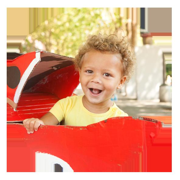 Heureux bébé assis dans un jouet rouge